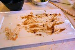 Tomt smutsa ner plattarester på tabellen Bild av färdigt mål royaltyfri bild