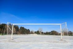 Tomt snöig soccerballfält arkivfoton