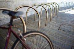 Tomt ställe för en parkering av cyklar under lägenheten i metallkugge royaltyfria bilder
