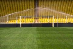 Tomt stadionmål och sprinklers royaltyfri fotografi