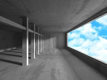 Tomt stads- tömmer ruminre med fönstret till himmel Arkivbild