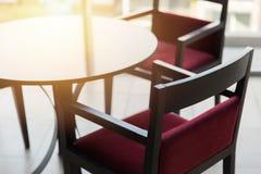 Tomt stolskrivbord med solljus inget utrymme royaltyfria bilder