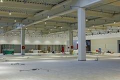 Tomt stort utrymme, konkret korridorinre Arkivbild