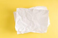 Tomt stycke av skrynkligt papper arkivfoto