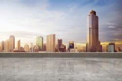 Tomt takgolv med skyskrapasikt arkivfoto