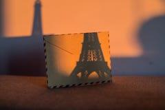 Tomt tappningkort med statyetten av Eiffeltorn Arkivbilder