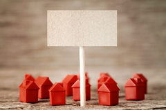 Tomt tecken med mini- röda hus Royaltyfri Bild