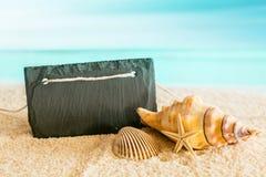 Tomt tecken på en tropisk strand med ett azurt hav Arkivfoto