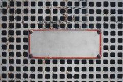 Tomt tecken på rostigt raster, tomt tecken på metalldörr Royaltyfri Foto