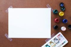Tomt teckningspapper och färg på träbräde Fotografering för Bildbyråer