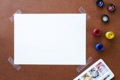 Tomt teckningspapper och färg på träbräde Arkivfoton