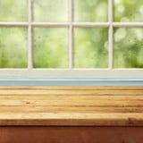 Tomt trädäcktabell och fönster med regndroppar royaltyfri fotografi