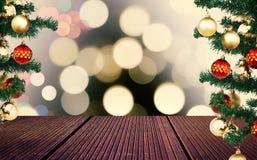 Tomt trägolv- och julträd med bokeheffekt på bakgrund arkivfoton