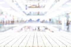 Tomt trämagasin på perspektivträtabellen överst över suddighet j Royaltyfri Fotografi