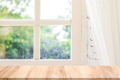 Tomt träskrivbord i den naturliga platsen för morgon Morgonbakgrunder för din produkt arkivbilder