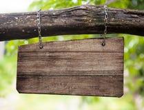 Tomt trähänga för teckenbräde som är utomhus- Royaltyfri Fotografi