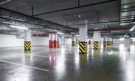 Tomt underjordiskt parkeringsgarage royaltyfria foton