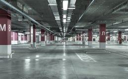 Tomt underjordiskt parkeringsgarage arkivfoto