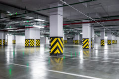 Tomt underjordiskt parkeringsgarage royaltyfria bilder
