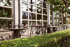 Tomt utomhus- kafé - falskt möblemang för metall arkivbilder