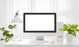 Tomt utrymme för datorskärmkopia i modern vit kontorsmiljö royaltyfri fotografi