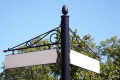 Tomt väg- eller gatatecken med bakgrund för blå himmel Royaltyfri Fotografi