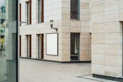 Tomt vertikalt utomhus- baner på den ljusa moderna byggnadsväggen, tolkning 3d royaltyfria bilder