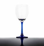 Tomt vinexponeringsglas med den blåa stammen Fotografering för Bildbyråer