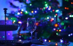 Tomt vinexponeringsglas och bokeh för defocus för abstactnatt blury tänder bakgrundsfotografi royaltyfria foton