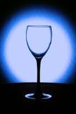 Tomt vinexponeringsglas på en svart ställning Royaltyfri Fotografi