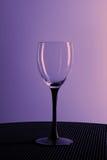 Tomt vinexponeringsglas på en svart ställning Arkivbilder