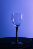 Tomt vinexponeringsglas på en svart ställning Royaltyfria Bilder