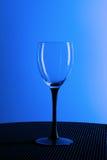 Tomt vinexponeringsglas på en svart ställning Royaltyfri Foto