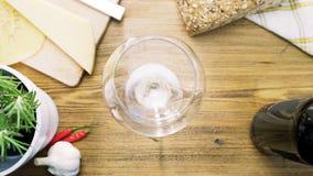Tomt vinexponeringsglas på en tabell Fotografering för Bildbyråer