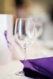 Tomt vinexponeringsglas på tabellen Fotografering för Bildbyråer