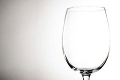 Tomt vinexponeringsglas på tappningbakgrund Royaltyfria Foton