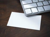 Tomt vitt affärskort under tangentbordet Fotografering för Bildbyråer