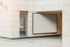 Tomt vitt horisontalbaner på den ljusa moderna byggnadsväggen, tolkning 3d fotografering för bildbyråer