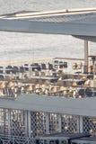 Tomt vitt kafé på sjösidan fotografering för bildbyråer