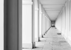 Tomt vitt korridorinreperspektiv arkivfoton