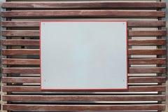 Tomt vitt plakatteckenbräde på träporten Arkivfoto