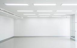 Tomt vitt rum med ljus Arkivbild