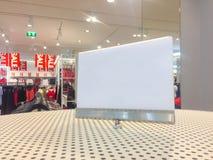 Tomt vitt teckenanseende på shoppinggallerian med försäljningstid royaltyfri fotografi