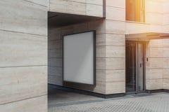 Tomt vitt utomhus- baner på den ljusa moderna byggnadsväggen, tolkning 3d fotografering för bildbyråer