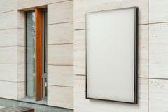 Tomt vitt utomhus- baner på den ljusa moderna byggnadsväggen, tolkning 3d arkivfoto