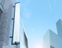 Tomt vitt vertikalt baner på byggnadsfasaden, designmodell Arkivfoto