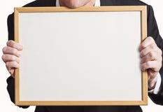Tomt Whiteboard tecken som rymms upp av affärsmannen i dräkt arkivbild
