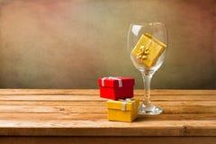 Tomt wineexponeringsglas med gåvaaskar Royaltyfria Foton