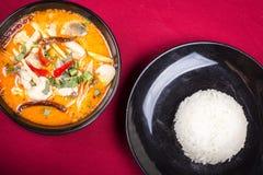 Tomyam thailändisches Kochen mit Reis Stockfotos