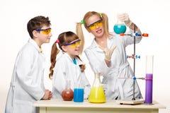 Tonår och lärare av kemi på kursdanande arkivfoton